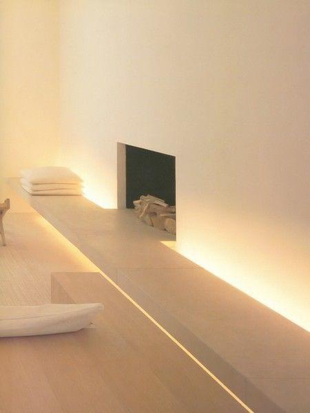 minimalistisches wohnzimmer interior design mit kamin und wandregal mit indirekter beleuchtung