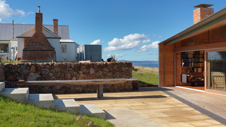terrasse einrichten mit natursteinplatten und gartenmauer
