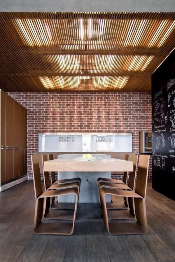 moderne küche mit ziegelwand und küchenschränke holz zu dem esstisch holz