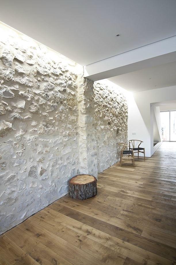 luxus interior desihn mit weißen natursteinwänden und holzfußbodenbelag