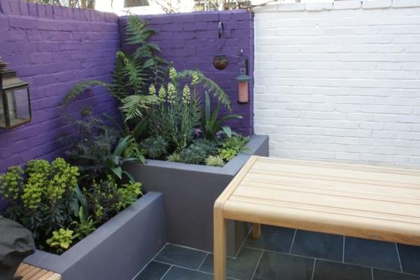 Ziegelmauer streichen idee als gartengestaltung in lila und weiß