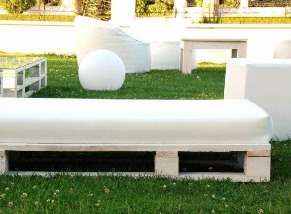 moderne gastronomiemöbel weiß aus europaletten für moderne garteneinrichtung in weiß mit Puffsofas