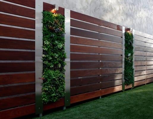 moderne gartenmauer holz mit vertikalem garten
