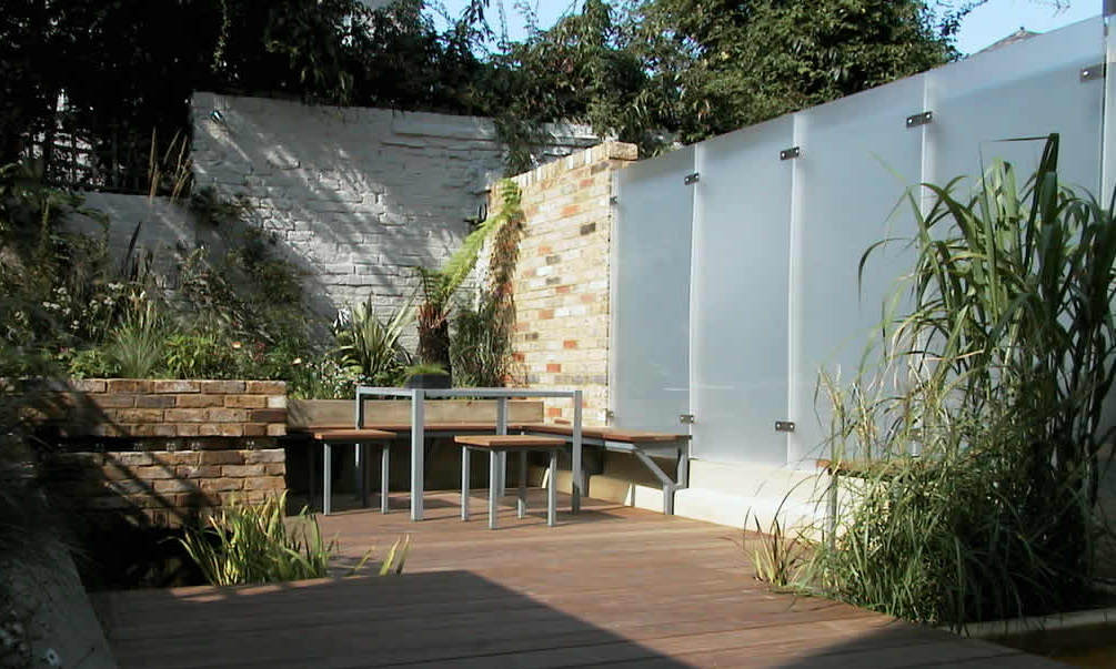 coole gartenmauer aus Glas und in weiß geschtrichenen steinen