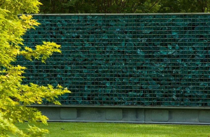 gartenmauer aus steinkörben und Glas