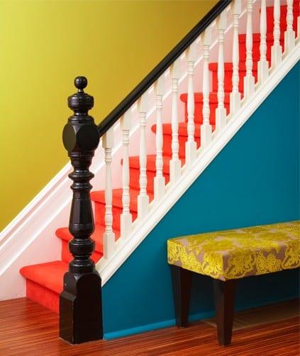 treppenraum gestalten mit treppengeländer schwarz-weiß und wandfarbe gelb und blau