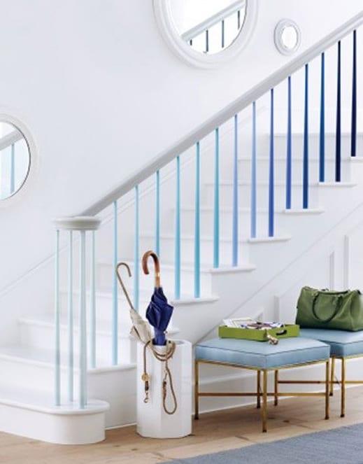moderne treppenraumgestaltung mit wanddeko mit runden spiegeln