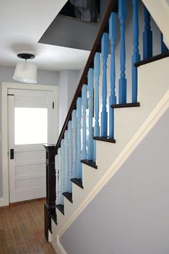 treppebgeländer streichen idee in blau für holztreppe