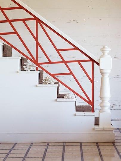 dekoidee für innentreppe weiß mit holzstufen weiß und gälender in orange