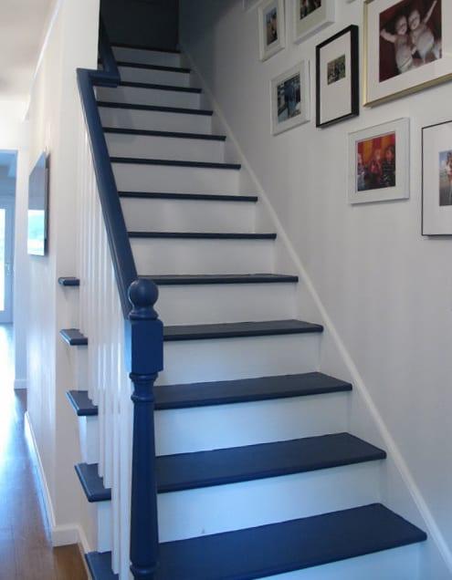 treppengeländer streichen idee in blau für moderne weiße innentreppe aus holz