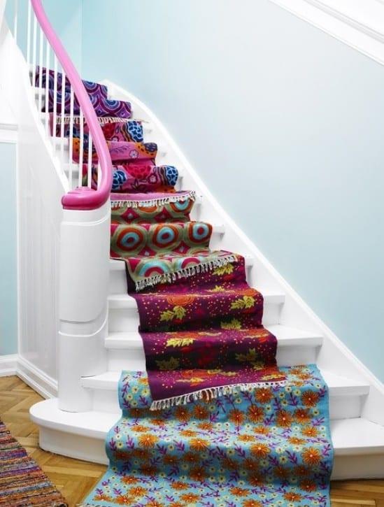 wand streichen idee in hellblau für treppenraum mit weißer innentreppe