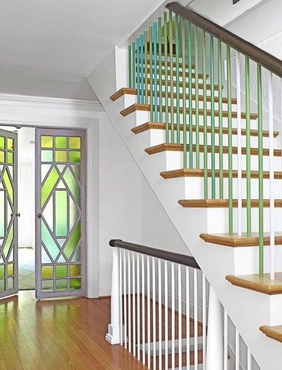 treppenraum streichen idee mit farbigem geländer