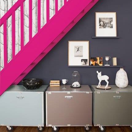 wohnzimmer farbgestaltung mit wandfarbe grau und Rollenkommoden aus metal
