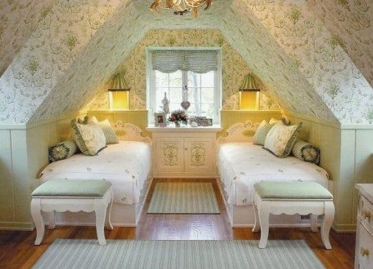 schlafzimmer design für kleine schlafzimmer mit weißer wandverkleidung aus holz und schrägdachgestaltung mit tapeten