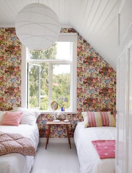 kleines schlafzimmer modern gestalten mit weißer decke und wandgestaltung mit tapete