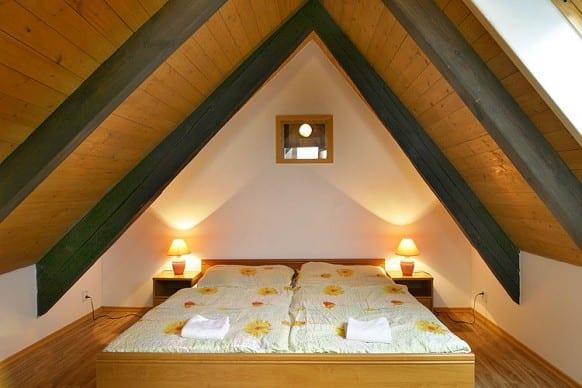 kleines schlafzimmer modern gestalten mit deckenverkleidung und schwarzen deckenbalken