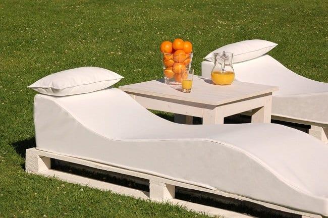 liegestuhle aus europaletten mit weißen polster und kopfkissen
