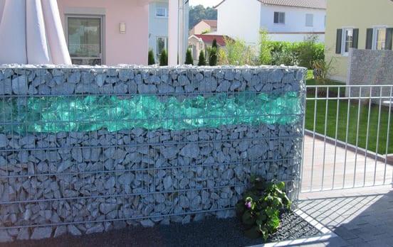 garten einrichten mit steinkorbmauer aus steinen und glas