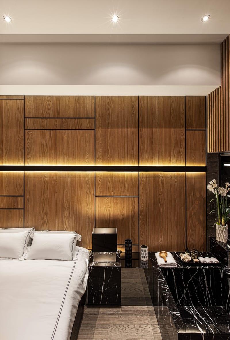 luxus schlafzimmer holz mit badewanne aus schwarzem marmor