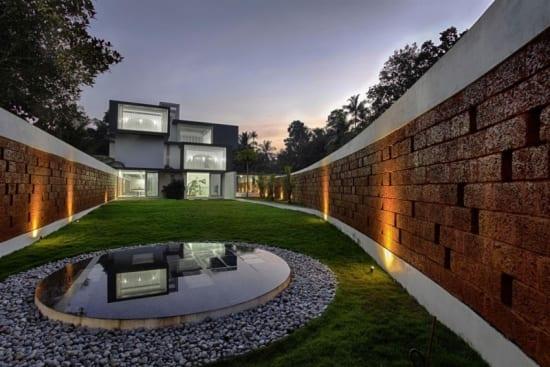 modernes haus mit traumgarten und gartenbeleuchtung der gartenmauer