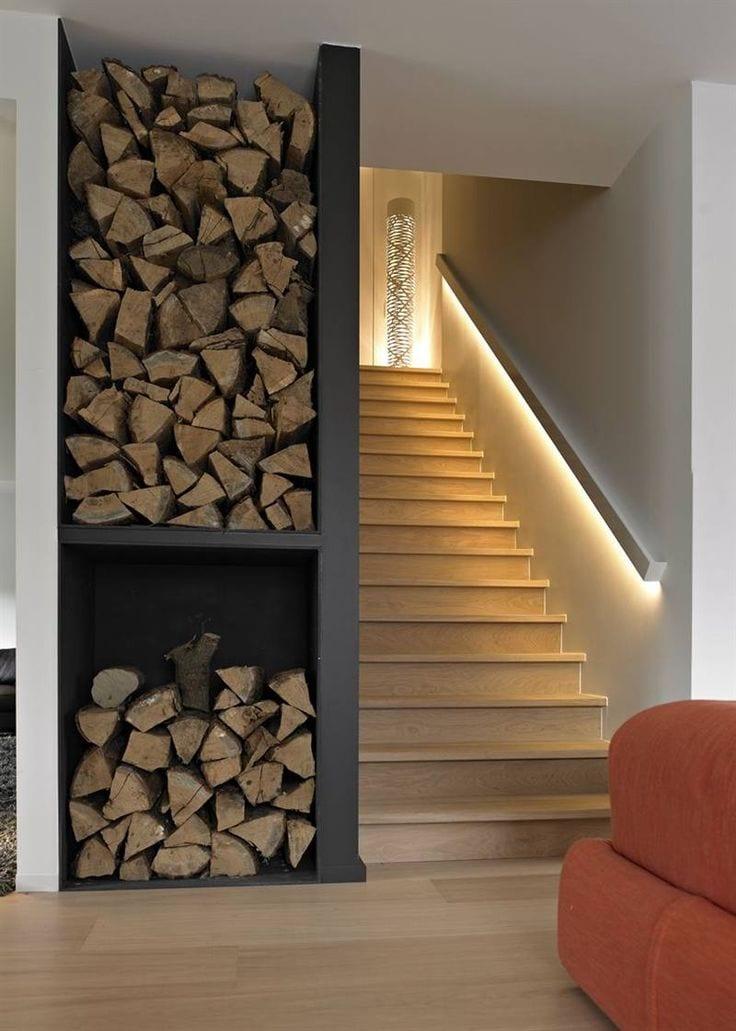 modernes wohnzimmer mit innentreppe und indirekter beleuchtung_wandfarbe schwarz für wandnische