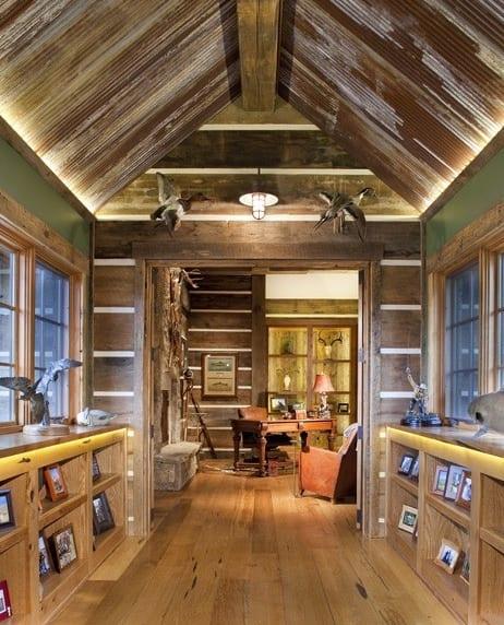 kleines wohnzimmer mit dachschräge und Holzmöbeln_ grübe wandfarbe und holzwandverkleidung für rustikales interieur