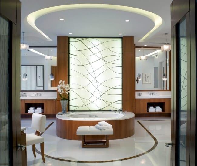 luxus badezimmer mit badewanne verkleidung aus holz und coole badezimmer wandgestaltung mit beleuchtung hinter glaswand