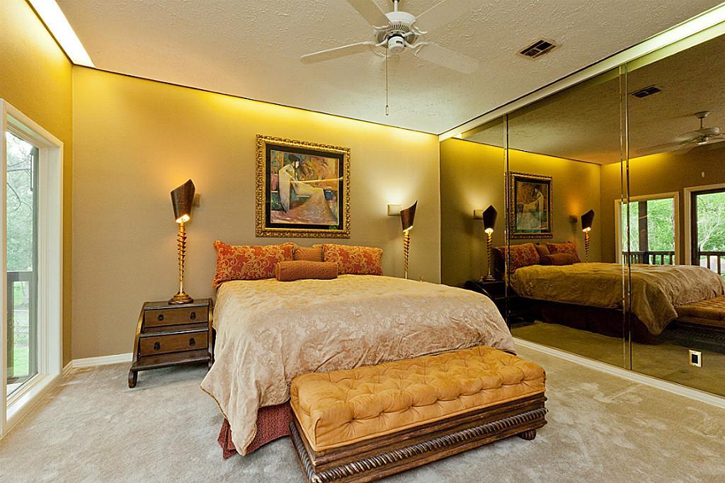 luxus schlafzimmer mit spieglwand und wandfarbe beige