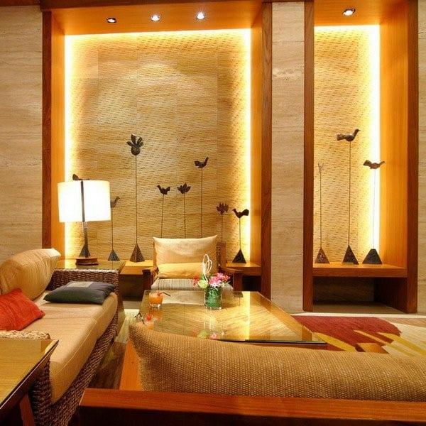 moderne wohnzimmer einrichten mit marmorfliesen und wandnischen aus holz mit beleuchtung