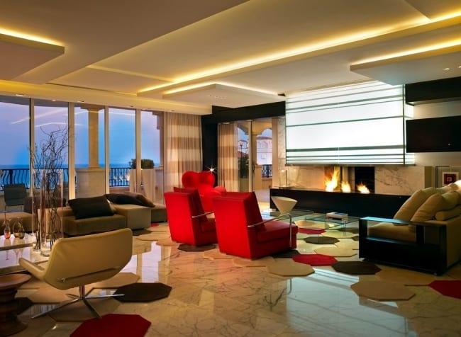 wohnzimmer gestaltung mit Marmorboden und traumteppichfliesen und kamin mit indirekrer wandbeleuchtung