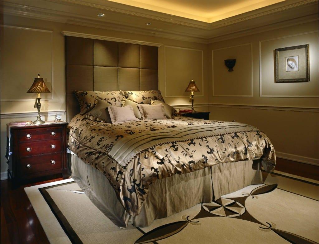 luxus schlafzimmer mit mit parkett und kopfbrett aus kissen