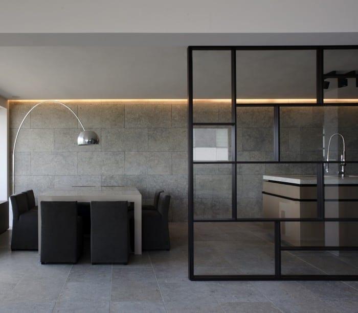 luxus küche mit kochinsel holz und esstisch weiß mit esszimmerstühle schwarz