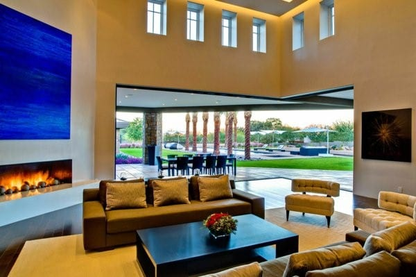 modernes wohnzimmer mit eckfenster und minimalistische kamin weiß