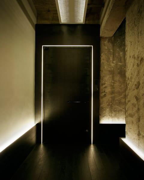 wohnidee flur mit wandfarbe schwarz und beleuchtete Eingangstür schwarz