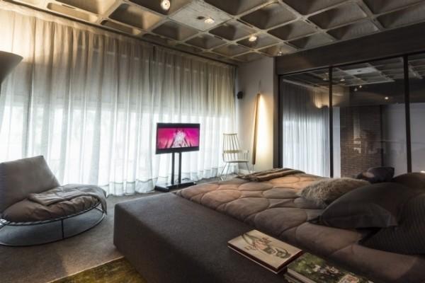 modernes schlafzimmer mit betondecke und und eingebautem kleiderschrank mit spiegel