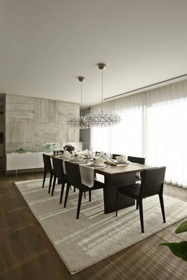 design interior mit holz und marmor für modernen essbereich mit pendellampen und weißen gardinen