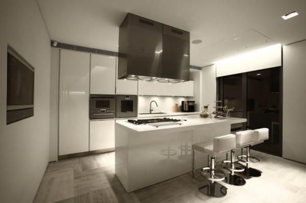 luxus küche interior design in weiß mit deckenbeleuchtung und fensterrollo weiß