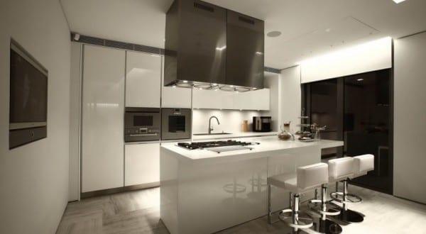 interior design f r moderne k che wei mit kochinsel wei und wei e barchocker leder freshouse. Black Bedroom Furniture Sets. Home Design Ideas