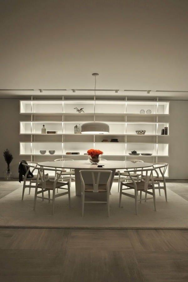 kreative wandgestaltung mit regalsystem weiß und indirekter beleuchtung