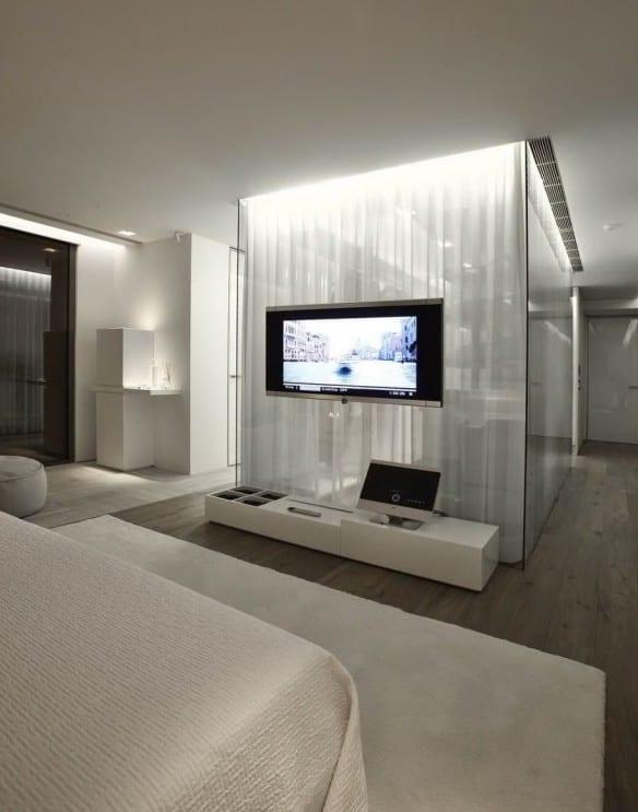 moderne schlafzimmer mit ankleideraum aus glaswänden und TV an Glaswand montiert