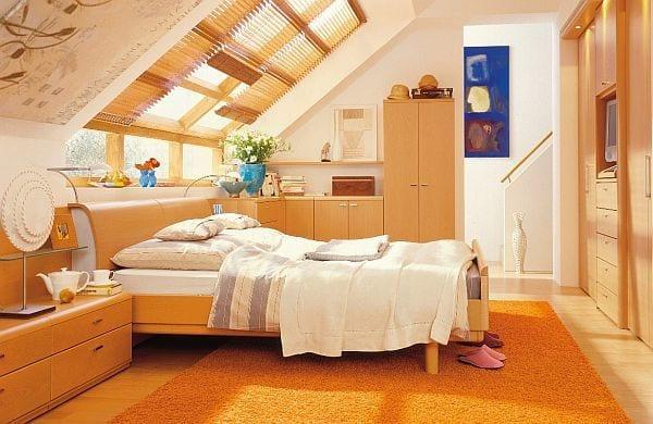 schlafzimmer design mit Teppich orange und Eingebaitem Kleiderschrank holz mit TV Wandpaneel