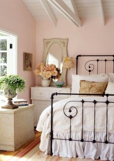 schlafzimmer ideen fürs mädchenzimmer mit metallbettgestell und weißen nachttisch aus holz