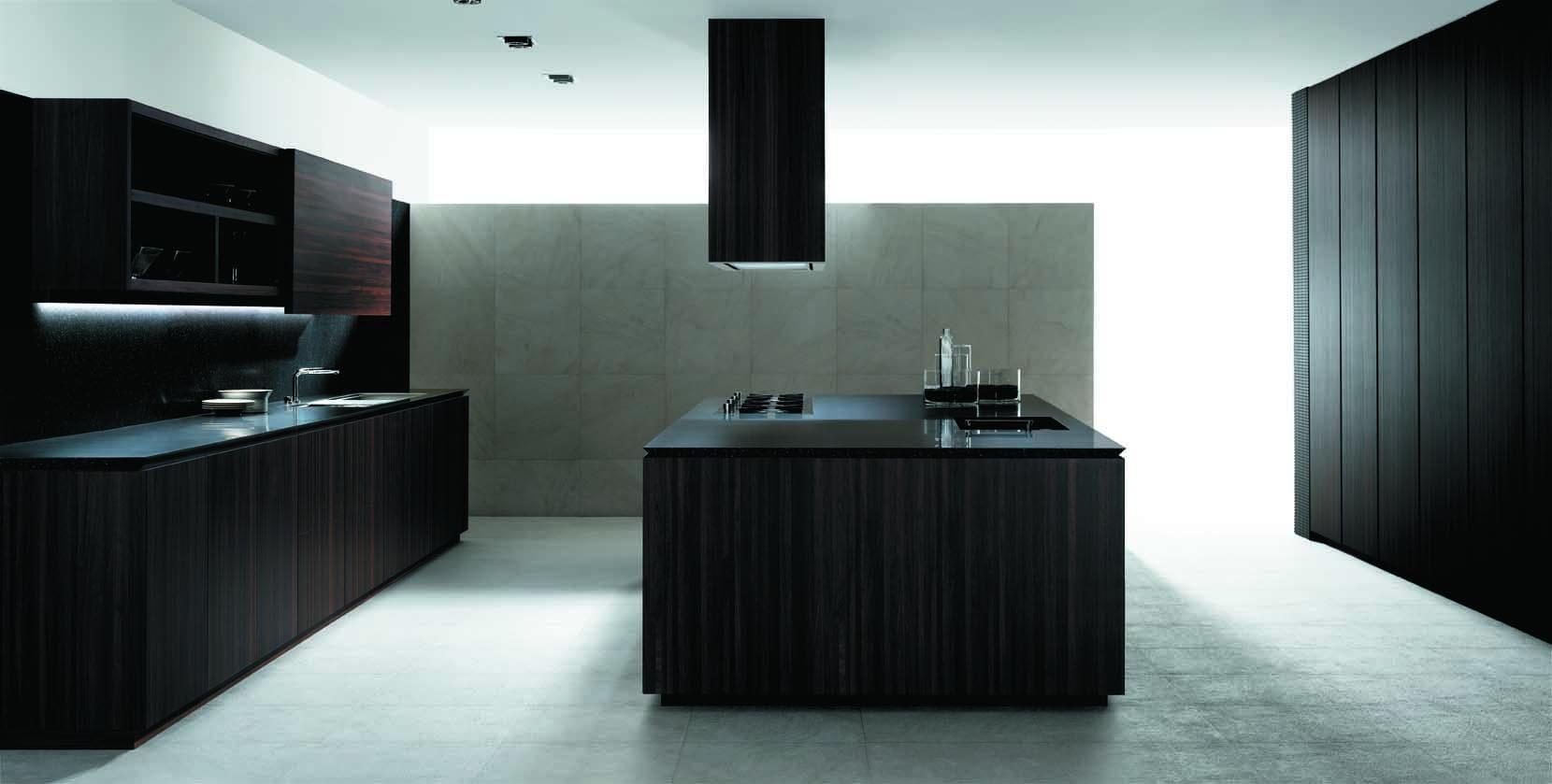 schwarze küche mit kochinsel aus holz mit küchenarbeitsplatte schwarz und dunstabzugshaube schwarz