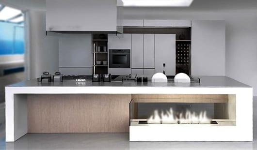 küche weiß mit kochinsel und dekorativem Kamin