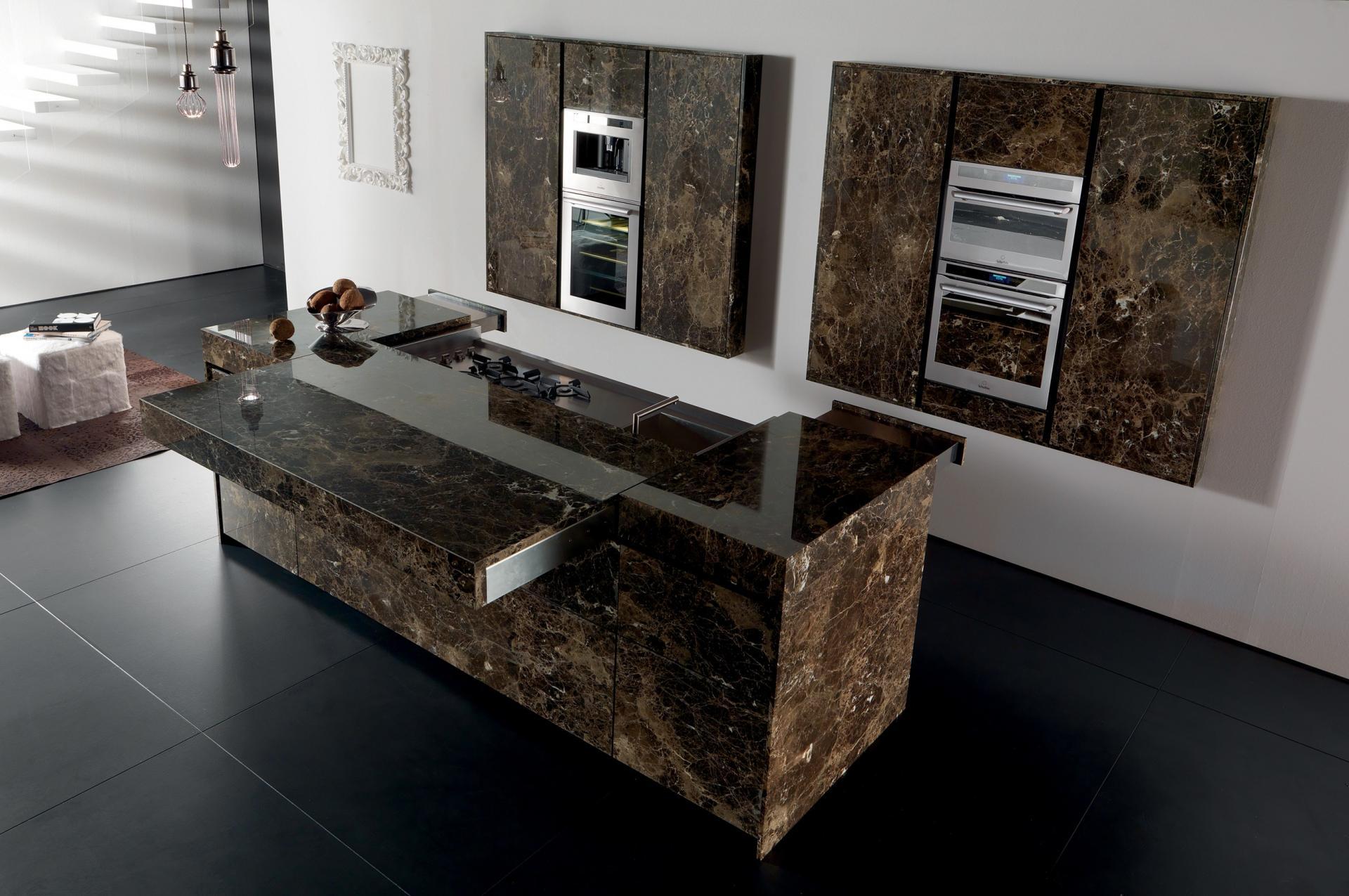 natursteinküche braun mit eingebauten küchengeräten und schibbarer Küchenarbeitsplatte