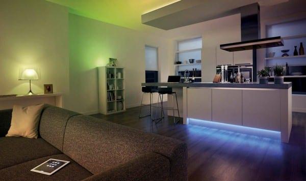 kleines wohnzimmer mit kleiner küche weiß und Kochinsel mit bar