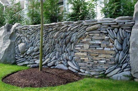 flache Flusssteinen als Trockenmauer einrichten_idee für gartenmauer grau