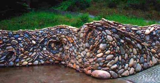 kreative Gartengestaltung mit steinmauer aus flusssteinen