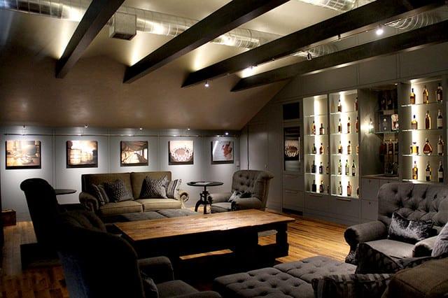 modernes wohnzimmer interir mit polstersessel grau und couchtisch holz als idee für farbgestaltung wohnzimmer grau