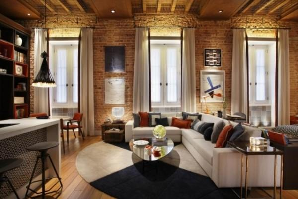loft wohnung idee mit ziegelwand und holzdecke_moderne wohnzimmer mit holzboden und rundteppich weiß blau